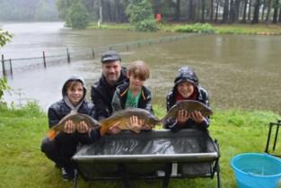 Het enige jeugdkamp waar ze blij zijn met regen, want de vissen bijten nu goed
