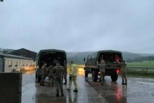 Legertrucks evacueren Chiro Nelto uit ondergelopen Rochefort