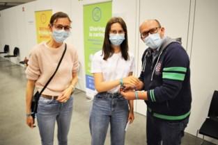 Vaccinatiecentra willen jongeren lokken met... festivalbandjes