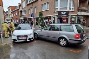 Auto's botsen op kruispunt: bestuurster gewond