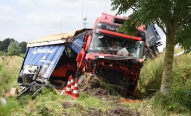 Vrachtwagen geladen met vorkheftrucks belandt in gracht naast E17