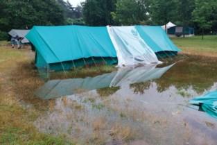 Tenten op kampterrein Brechtse Chiromeisjes in Geel slikken water