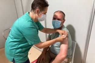 Burgemeester De Maertelaere (46) gevaccineerd samen met 18-jarigen