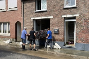 """Ook in Vlaanderen wordt ravage pijnlijk duidelijk na overstroming: """"Het ergste? Dat ik foto's van mijn overleden dochter kwijt ben"""""""