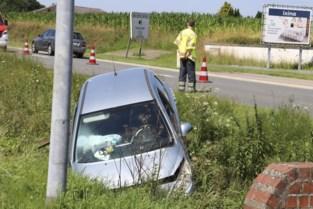 Twee gewonden nadat wagen in de gracht belandt