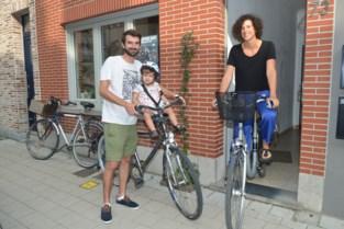 """Gezin verkoopt auto en vraagt in ruil fietsenstalling op vrijgekomen parkeerplaats: """"Dat zou geen overbodige luxe zijn"""""""