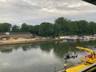 Betonblokken moeten beletten dat weggebruikers in kanaal duikelen