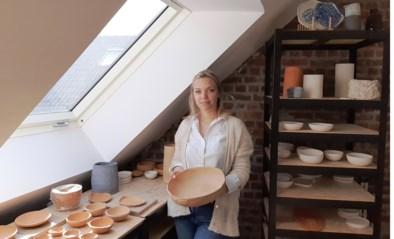 """Honderden mensen volgen elke dag online-instaworkshops van keramiste Sophie (31): """"Met veel blauwe pigmenten, want de zee inspireert me"""""""
