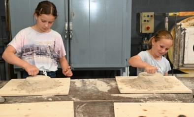 Felien en Roos gieten hun eigen glazen kunstwerkje