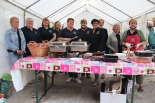 Kwaartjeslummels serveren barbecue tijdens Breese avondmarkt