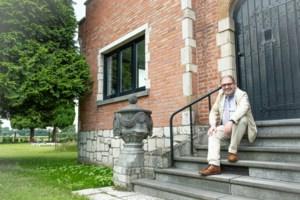"""Burgemeester D'Haese komt in tuin tot broodnodige rust: """"Soms rij ik het gras af terwijl ik mijn kravat nog draag"""""""