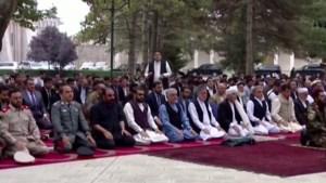 Gebed gaat ongestoord verder in Afghanistan wanneer hoofdstad getroffen wordt door raketaanval