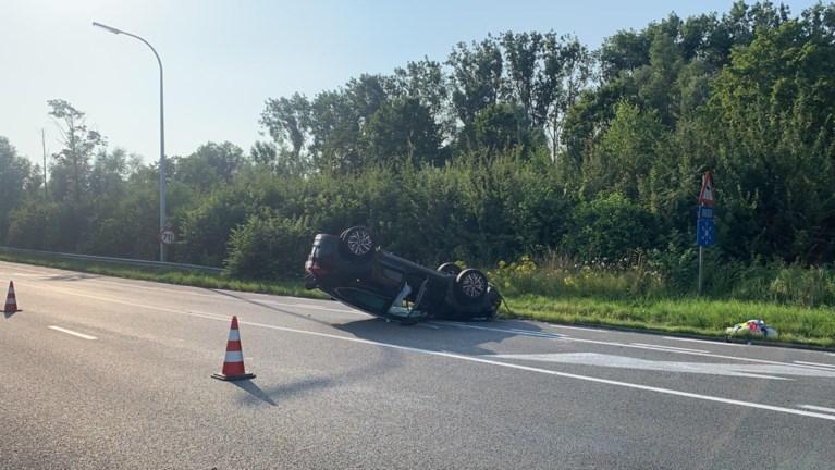 Wagen gaat overkop vlakbij Watersportbaan: twee inzittenden naar ziekenhuis afgevoerd