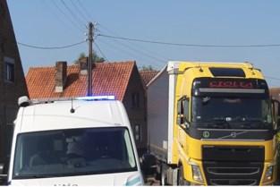 Vrachtwagen rijdt zich vast in wegversmalling