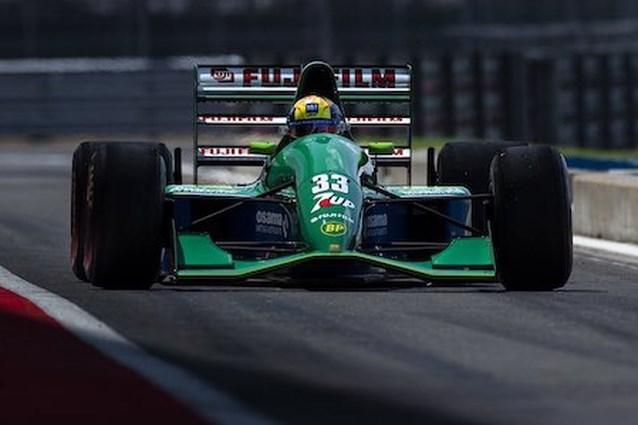 Mick Schumacher rijdt in iconische F1-bolide waarmee zijn vader in de Formule 1 debuteerde