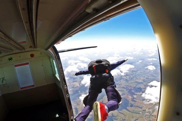 """Parachute gaat niet volledig open: man overleeft als bij wonder val van 4 kilometer en """"landt"""" in keuken"""