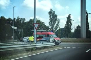 Vrouw (35) gewond nadat ze tegen vangrail botst op rotonde in Genk