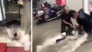 Vrouw wordt metro ingesleurd door zondvloed in China, maar ontsnapt aan de dood dankzij omstanders