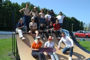Jongeren bouwen skateramp aan sportcentrum Hoge Wal