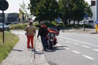 Motorrijder botst met fietser op rotonde