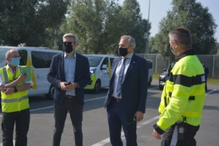 """Minister bezoekt ambtenaren die bestuurders controleren: """"99,3 procent betaalt verkeersbelasting, ook de 0,7 procent anderen moeten dat doen"""""""