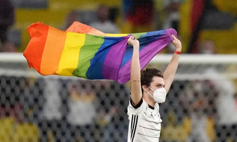 Na alle heisa: supporter loopt veld op voor EK-match en poseert met regenboogvlag voor Hongaarse spelers