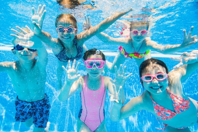 """Hoe weet je of je kind goed genoeg kan zwemmen? En welke hulpmiddelen zijn er? """"Gebruik gordels zeker niet"""""""