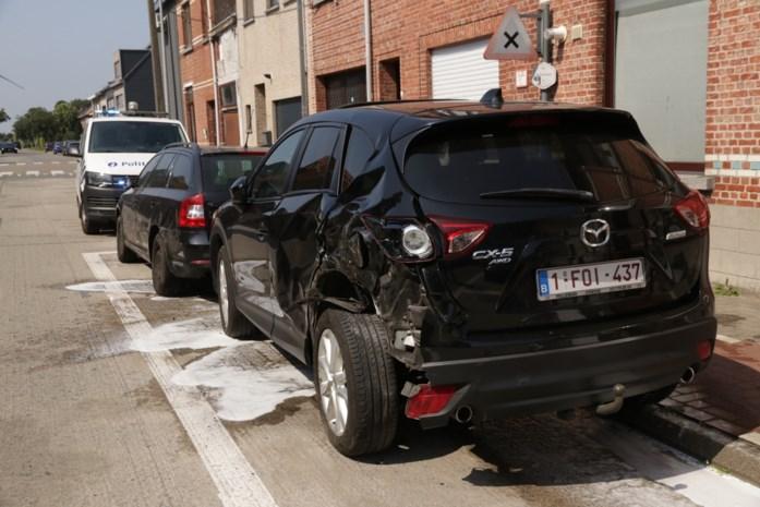 Tractor rijdt geparkeerde auto's aan