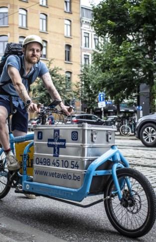 """Zij doen hun werk met fiets: """"Mensen appreciëren dat ze niet met huisdier tot bij mij moeten komen"""""""