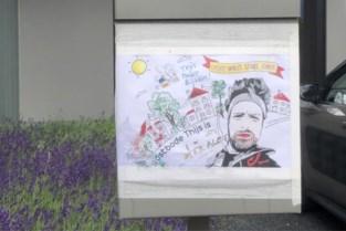 """Straten vol kleurtekeningen van postbode Thijs: """"We hopen dat hij bij ons mag blijven"""""""