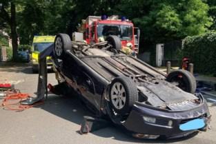 Auto over de kop: vrouw lichtgewond