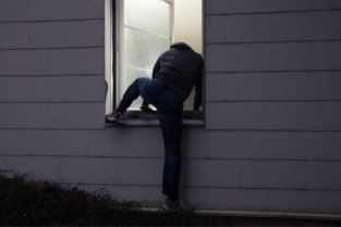 Inbrekers forceren slot achterdeur