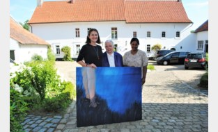 Ze raakten bevriend door een speling van het lot, en nu verkoopt Evelyne haar schilderijen om het levenswerk van Jeanne te steunen