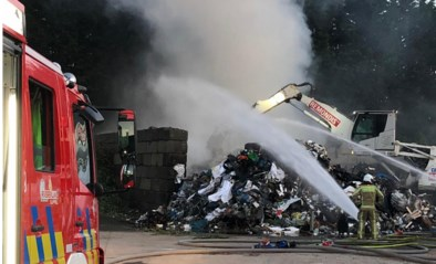 Grote afvalbrand bij Remondis-De Vocht gaat gepaard met hevige rookontwikkeling