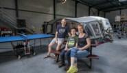 """Geen reisplannen door corona? Fervente kampeerders Bart (44), Pascale (50) en Lars (13) installeren tent en caravan in eigen bedrijfshal: """"Over dertig jaar spreken we hier nog over"""""""
