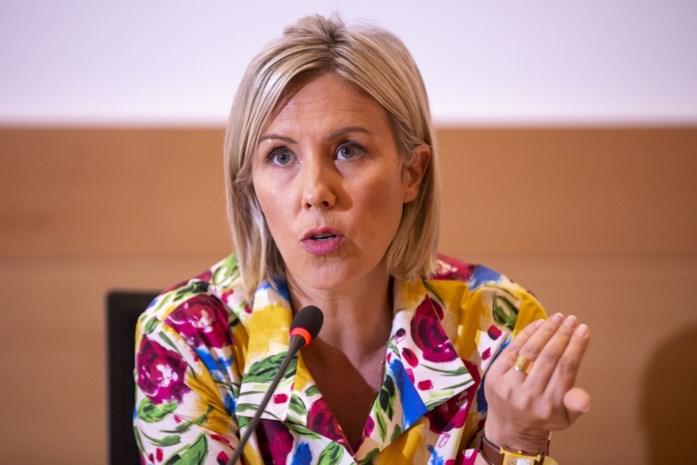 Minister Ludivine Dedonder krijgt (weer) een klap, maar blijft zitten