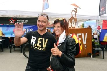 Vader Patrick en moeder Agna keken samen met de fanclub naar de wegrit.