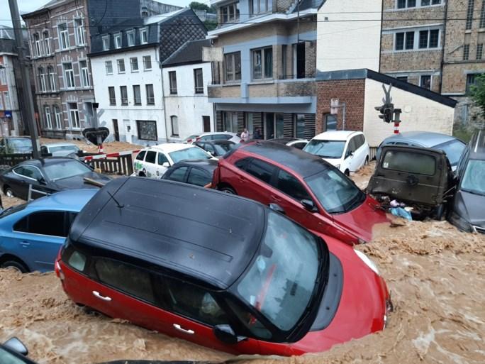 Hallucinante beelden uit Dinant: straten lijken rivieren, auto's meegesleurd door water