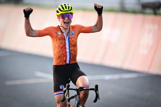 """""""Oh Ruud, ik had het mis"""": Annemiek van Vleuten denkt dat ze goud pakt en komt al juichend over de finish"""
