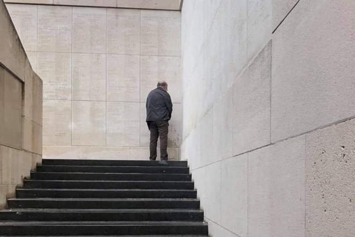 """Politie zoekt 'Menenpoortplasser': """"Op zo'n monument urineren, getuigt van geen greintje respect"""""""