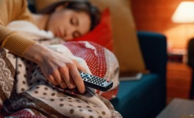 Waarom je altijd voor de tv in slaap valt, maar dan wakker ligt in bed