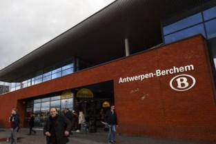 28-jarige man vernielt raam supermarkt in station Antwerpen-Berchem voor flessen wijn en snoepgoed