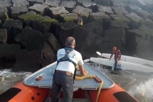 Catamaran vaart op strekdam, brandweer moet opvarenden van rotsblokken plukken