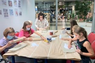Deniz helpt kinderen met kunst in Shopping 1