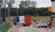 Zwaar verkeer zorgt voor hinder op Maasbrug