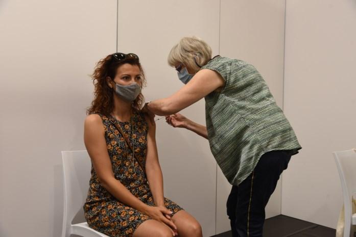 """Ook hier dagen jongeren vaak niet op in vaccinatiecentrum: """"Twee lijnen gesloten omdat er zoveel afwezigen zijn"""""""