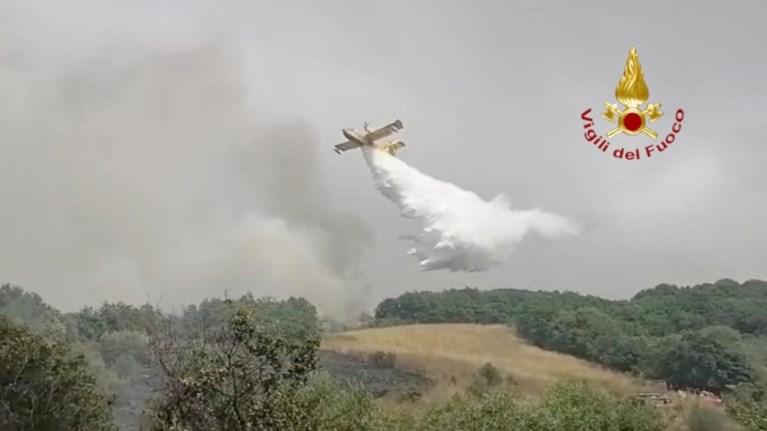 Gli incendi continuano a devastare la Sardegna