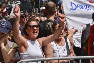 """Zware protesten in Frankrijk tegen coronapas: zijn """"gele hesjes 2.0"""" geboren?"""
