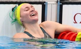 Spektakelstuk met levende legende: Ariarne Titmus verslaat Katie Ledecky, trainer springt net niet van tribune
