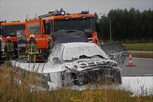 Auto brandt uit langs drukke ringweg